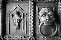 Benevento - Duomo - esterno - particolare del portone di ingresso