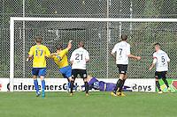 VOETBAL: DRACHTEN: 20-09-2014, Drachtster Boys - VV Staphorst, uitslag 2-1, Ewald Koster(#3) brengt gevaar voor het doel van Drachtster Boys Keeper Jarno de Jonge (#25), ©foto Martin de Jong