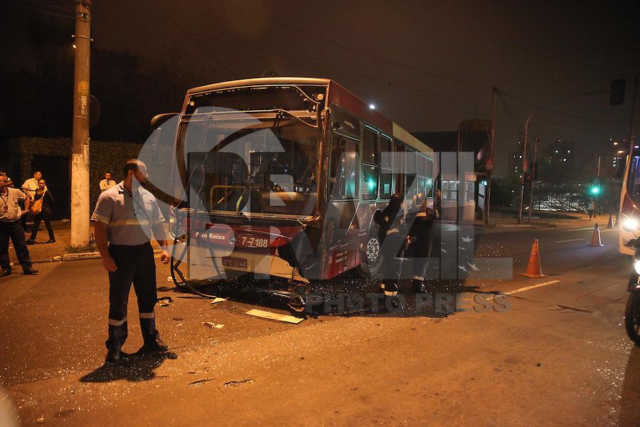 SÃO PAULO, SP - 27.05.2015 - ACIDENTE - SP -  Dois micro-ônibus e um ônibus colidiram na estrada de Itapecerica, na saída do Terminal Capelinha, duas pessoas ficaram feridas e foram encaminhadas para hospital da região sul da cidade de São Paulo na madrugada desta quarta-feira, 27. (Foto: Douglas Pingituro / Brazil Photo Press)