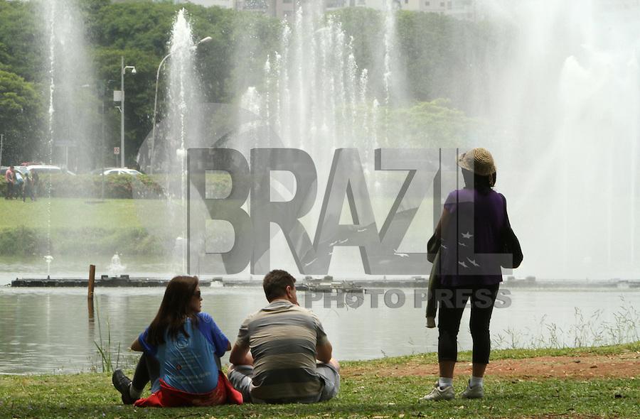 ATENCAO EDITOR: FOTO EMBARGADA PARA VEICULO INTERNACIONAL - SAO PAULO, SP, 15 NOVEMBRO 2012 - FERIADO EM SAO PAULO - Apesar do tempo nublado com variaçao entre  chuva e sol o paulistano aproveita o feriado para ir ao parque do Ibirapuera na zona sul da cidade nessa quinta 15. (FOTO: LEVY RIBEIRO / BRAZIL PHOTO PRESS
