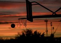 Cesta o canasta de baloncesto a contraluz en un  atardecer de color rojo y dorado. <br /> <br /> (Photo:Luis Gutierrez/ NortePhoto.com)<br /> <br /> pclaves: basquetbol, anochecer, luz, luz de dia, day, luz de sol, encestar, balon, basquet, basquetbol, ball, deporte,