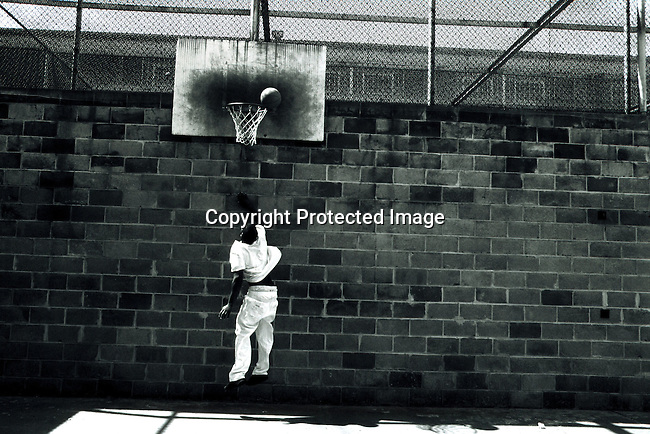 disipri00107.Social Issues. Prisons. Ronald Ray Howard, age 23, playing basketball in the exercise area at the Ellis Unit Death Row on April 21, 1997 in Huntsville, Texas USA. Mr Howard was convicted of murder when he was 18 years old and is serving a death sentence. The state of Texas executes the most prisoners in the US. Crime. Recreation. .©Per-Anders Pettersson/iAfrika Photos.