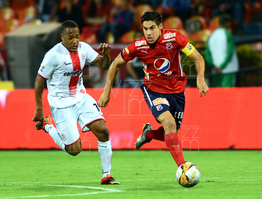 MEDELLIN - COLOMBIA -17 -02-2016: Mauricio Molina (Der.) jugador de Deportivo Independiente Medellin disputa el balón con Yonni Hinestroza (Izq.) jugador de Cortulua, durante partido por la fecha 4 entre Deportivo Independiente Medellin, y Cortulua, de la Liga Aguila I-2016, en el estadio Atanasio Girardot de la ciudad de Medellin.   / Mauricio Molina (R), player of Deportivo Independiente Medellin fights for the ball with Yonni Hinestroza (L) player of Cortulua, during a match of the 4 date between Deportivo Independiente Medellin, and Cortulua, for the Liga Aguila I -2016 at the Atanasio Girardot stadium in Medellin city. Photo: VizzorImage. / Leon Monsalve / Str.