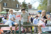 Kids watch the Radnor Hunt races.