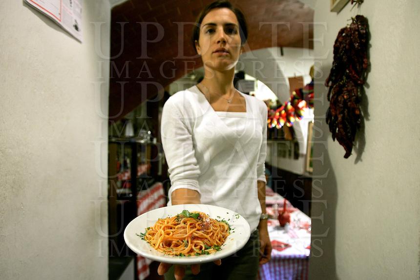 Una cameriera mostra un piatto di spaghetti al pomodoro nella Trattoria Il Mulattiere, a Sanremo.<br /> A waitress shows a spaghetti with tomato sauce dish at the Trattoria Il Mulattiere in Sanremo.<br /> UPDATE IMAGES PRESS/Riccardo De Luca