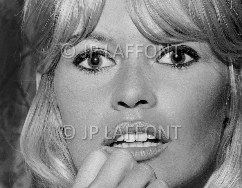 December 16th, 1965. New York City, Hotel Plaza. Brigitte Bardot arrived to New York with Jeanne Moreau for the promotion of the movie they just finished in Mexico: Viva Maria. They came for a press conference with the movie director Louis Malle. Came along Brigitte's boyfriend Bob Zagury.<br /> Le 16 D&eacute;cembre 1965 a l'Hotel Plazza a New York s'est tenu la Conf&eacute;rence de Presse pour la promotion du film Viva Maria qui s'est tourn&eacute; au Mexique. Les deux vedettes Brigitte Bardot qui a r&eacute;pondu aux questions concernant le film et Jeanne Moreau &eacute;tait aussi pr&eacute;sente ainsi que le metteur en scene du film: Louis Malle.