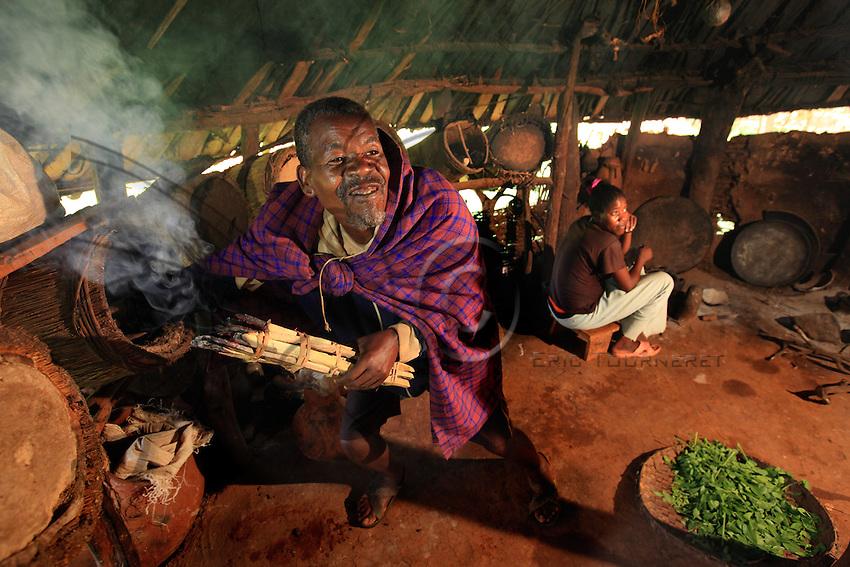M. Waracha Shisha, 60 years old, from the Maale ethnic group that lives a pastoral farming way of life. The Maales count nearly 100,000 members and live in the north of the Omo Valley. Waracha is a beekeeper and in his apiary-house he keeps a dozen hives. The building is also the family's kitchen and he says he raises the bees that way to make them used to smoke and less aggressive. With age, Waracha is less inclined to climb the trees in the surrounding area to harvest the hives he owns.///M. Waracha Shisha, 60 ans, de l'ethnie Maalé au mode de vie agropastoral. Les Maalés constituent une population de près de 100000 personnes et vivent au nord de la vallée de l'Omo. Waracha est apiculteur et dans sa maison-rucher il élève une dizaine de ruches. Ce bâtiment est aussi la cuisine de la famille et il déclare élever ainsi les abeilles pour les habituer à la fumée et les rendre moins agressives. L'âge venant, Waracha est moins enclin à escalader les arbres pour récolter les ruches qu'il possède alentour.