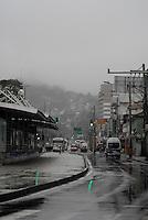 RIO DE JANEIRO,RJ - 07.06.2016 - CLIMA-RJ - Pedrestre se protege do frio em Jacarepaguá com regiao oeste do Rio de Janeiro nesta terça-feira, 07. (Foto: Marcus Victorio/Brazil Photo Press)