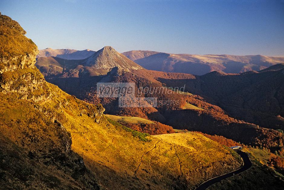 Europe/France/Auvergne/15/Cantal/Parc Naturel Régional des Volcans/Massif du Puy Griou (1694 mètres): La vallée de Mandailles et le Puy Griou