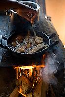 Ibiai_MG, Brasil...Detalhe de uma pessoa fritando peixe no fogao a lenha...Detail a person frying fish on the wood burning stove...Foto: JOAO MARCOS ROSA /  NITRO