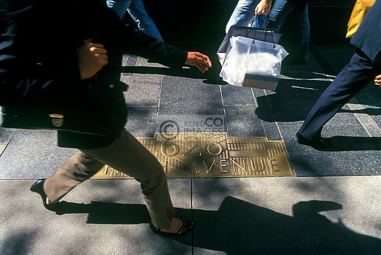 SHOPPERS WALKING FIFTH AVENUE MANHATTAN NEW YORK CITY USA