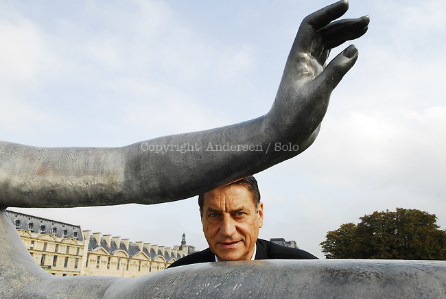 Claudio Magris in Paris with statues of Maillol in the garden s near Le Louvre.( 2006)