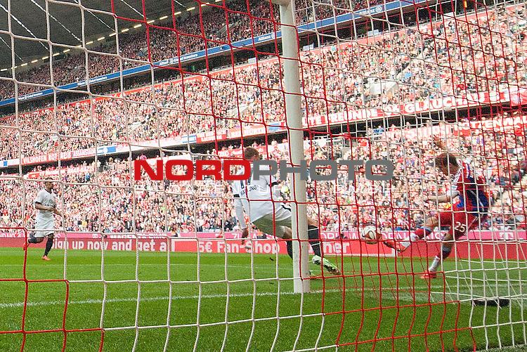 11.04.2015, Allianz Arena, Muenchen, GER, 1.FBL,  FC Bayern Muenchen vs. Eintracht Frankfurt, im Bild Torschuss zum 3-0 durch Thomas Mueller (FCB #25) <br /> <br />  Foto &copy; nordphoto / Straubmeier