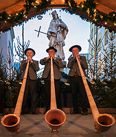 Deutschland, Bayern, Oberbayern, Rosenheim: Alphornblaeser beim Christkindlmarkt in der Altstadt am Max-Josefs-Platz | Germany, Bavaria, Upper Bavaria, Rosenheim: alphorn player at Christmas Market at Max-Josefs-square, Old Town