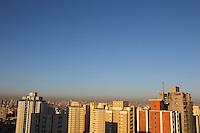 SAO PAULO, SP, 05/12/2013, CLIMA TEMPO. São Paulo amanheceu com céu aberto e temperatura em elevação nessa quinta-feira (5), foto feita no bairro da Mooca, zona Leste.. LUIZ GUARNIERI/ BRAZIL PHOTO PRESS.