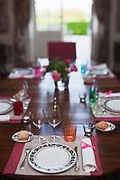 Europe/France/Aquitaine/33/Gironde/Saint-Yzans-de-Médoc: Château  Loudenne - Table dressée dans la salle à manger ou sont reçus les hôtes lors de l'accueil au Château