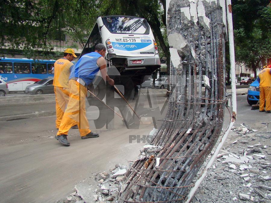 NITERÓI - RIO DE JANEIRO - RJ,  26 DE JUNHO 2012 - Nesta terça feira (26) Ônibus bate em outro e cai no canal deixando feridos.<br /> Local da colisão: Avenida Arí Parreiras esquina com Rua Lemos Cunha em Icaraí, zona sul de Niterói - RJ. Hora do acidente: As 05-30 da manhã.<br /> FOTO RONALDO BRANDÃO/BRASIL PHOTO PRESS