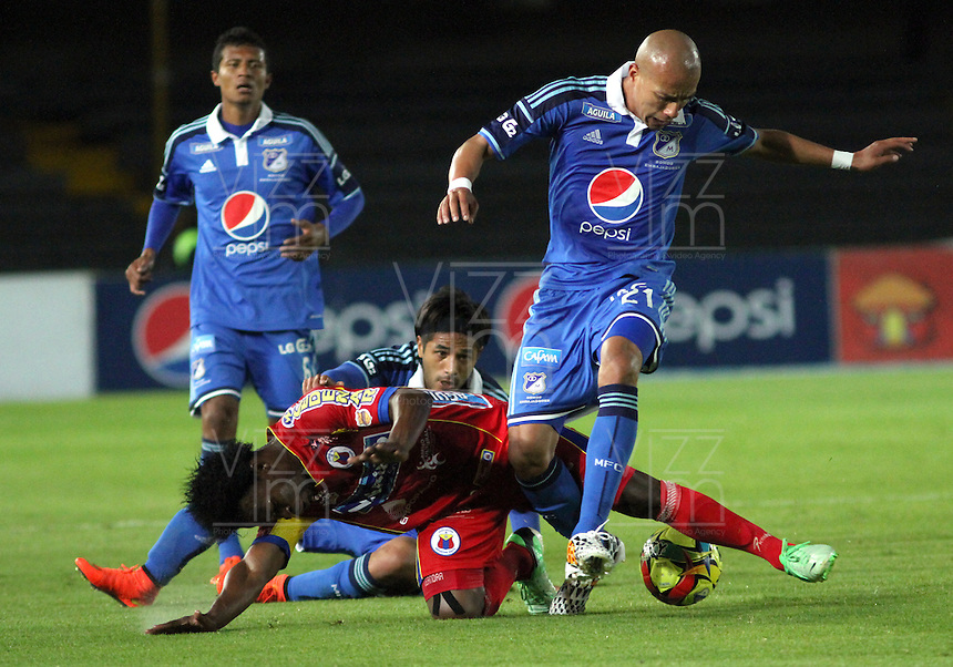 BOGOTA -COLOMBIA, 16 -AGOSTO-2014. Juan Ortiz  ( D)  y Fabian Vargas (Izq) de  Millonarios disputan el balón con Mike Campaz ( Centro) ) del Deportivo Pasto durante partido de la  quinta  fecha  de La Liga Postobón 2014-2. Estadio Nemesio Camacho El Campin  . / Juan Ortiz (R ) and Fabian Vargas ( L) of Millonarios   fights for the ball with Mike Campaz ( Center) of Deportivo Pasto during match of the 5th date of Postobon  League 2014-2. Nemesio Camacho El Campin  Stadium. Photo: VizzorImage / Felipe Caicedo / Staff