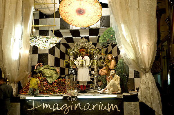 ERNE TROYER, ANDREW GARFIELD, CHRISTOPHER PLUMMER, LILY COLE & HEATH LEDGER.in The Imaginarium of Doctor Parnassus.*Filmstill - Editorial Use Only*.CAP/FB.Supplied by Capital Pictures.