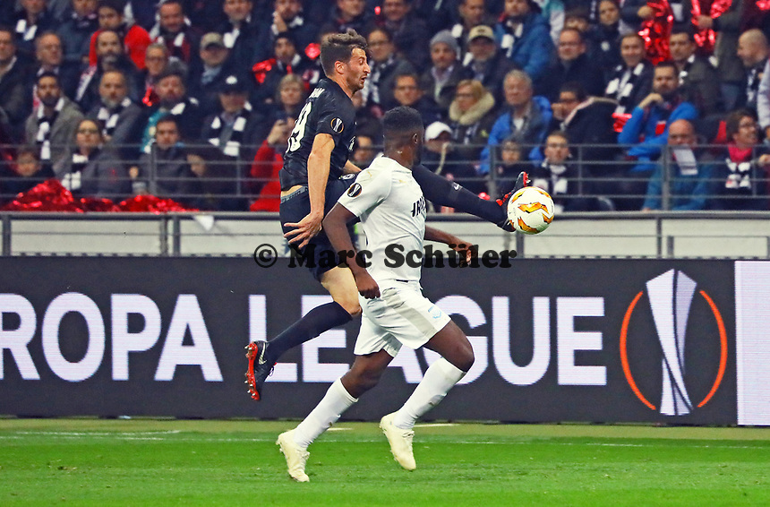 David Abraham (Eintracht Frankfurt) klärt gegen Mustapha Carayol (Apollon Limassol FC) - 25.10.2018: Eintracht Frankfurt vs. Apollon Limassol FC, Commerzbank Arena, Europa League 3. Spieltag, DISCLAIMER: DFL regulations prohibit any use of photographs as image sequences and/or quasi-video.