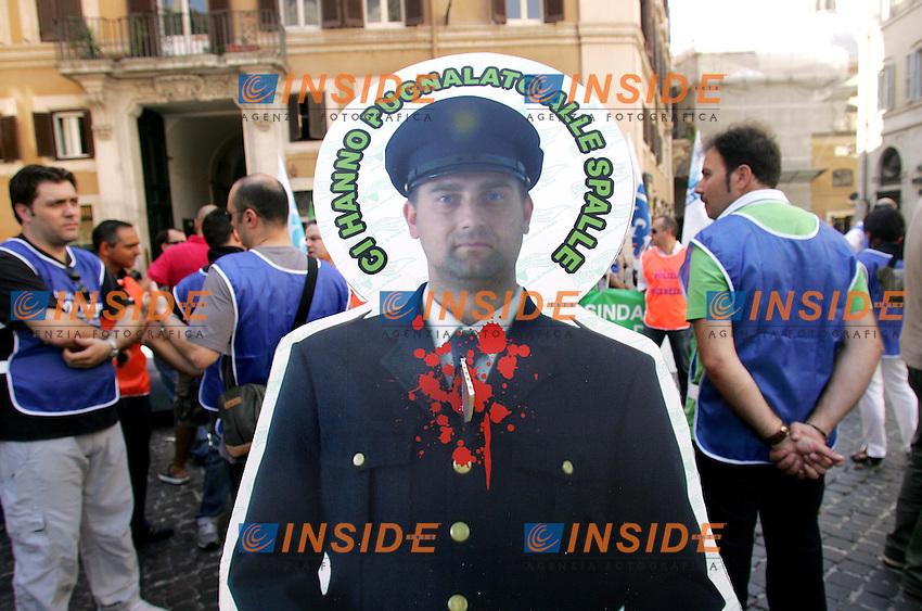 SAGOME DI POLIZIOTTI ACCOLTELLATI<br /> Roma 21/07/2010 Manifestazione dei sindacati di Polizia e Pubblica Sicurezza.<br /> Photo Samantha Zucchi Insidefoto