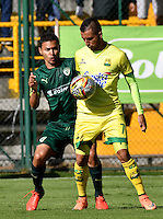 BOGOTA - COLOMBIA -05 -11-2016: Stalin Motta (Izq.) jugador de La Equidad disputa el balón con John Perez (Der.) jugador de Atletico Bucaramanga, durante partido entre La Equidad y Atletico Bucaramanga, por la fecha 19 de la Liga Aguila II-2016, jugado en el estadio Metropolitano de Techo de la ciudad de Bogota. / Stalin Motta (L) player of La Equidad vies for the ball with John Perez (R) player of Atletico Bucaramanga, during a match La Equidad and Atletico Bucaramanga, for the  date 19 of the Liga Aguila II-2016 at the Metropolitano de Techo Stadium in Bogota city, Photo: VizzorImage  / Luis Ramirez / Staff.