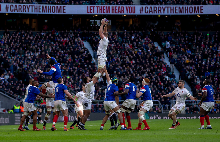 England's George Kruis claims the lineout<br /> <br /> Photographer Bob Bradford/CameraSport<br /> <br /> Guinness Six Nations Championship - England v France - Sunday 10th February 2019 - Twickenham Stadium - London<br /> <br /> World Copyright © 2019 CameraSport. All rights reserved. 43 Linden Ave. Countesthorpe. Leicester. England. LE8 5PG - Tel: +44 (0) 116 277 4147 - admin@camerasport.com - www.camerasport.com