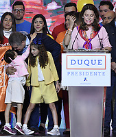 BOGOTA - COLOMBIA, 27-05-2018: Ivan Duque, candidato presidencial por le partido Centro Democrático abraza a una de sus  hijas durante su alocución después de salir ganador en la jornada electoral hoy, 27 de mayo de 2018. Las elecciones presidenciales de Colombia de 2018 se celebrarán el domingo 27 de mayo de 2018. El candidato ganador gobernará por un periodo máximo de 4 años fijado entre el 7 de agosto de 2018 y el 7 de agosto de 2022. / Ivan Duque, presidential candidate for the Centro Democratico party, hugs his daugther, Eloisa, during his speech after winning on election day today, May 27, 2018. Colombia's 2018 presidential election will be held on Sunday, May 27, 2018. The winning candidate will govern for a maximum period of 4 years fixed between August 7, 2018 and August 7, 2022.. Photo: VizzorImage / Gabriel Aponte / Staff