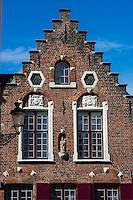 Belgique, Flandre Occidentale, Bruges, centre historique classé Patrimoine Mondial de l'UNESCO, La Grand Place,  maisons à pignons à échelons // Belgium, Western Flanders, Bruges, historical centre listed as World Heritage by UNESCO, the Grand Place, stepped gabled house