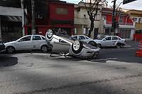 SAO PAULO, SP, 26/08/2012, ACIDENTE AV. LINS DE VASCONCELOS. Um motorista ficou ferido apos o veiculo em que condizia colidir contra quatro veiculos e capotar na Av. Lins de Vasconcelos numero 1601 no bairro do Cambuci. Dos quatro veiculos atingidos, tres eram de taxistas, que deixaram o veiculo no local para tomar cafe. O motorista foi socorrido ao Hospital Cruz Azul. Luiz GUarnieri/ Brazil Photo Press.