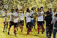 CÚCUTA - COLOMBIA, 26-11-2018:Jugadores del Cúcuta Deportivo levantan el trofeo que los confirma  como campeones del Torneo Águila 2018 al vencer al Unión Magdalena dos goles por cero en el estadio General Santader de la ciudad de Cúcuta ./ Players of Cucuta Deportivo  lift the trophy champion of the Aguila 2018 Tournament by defeating Unión Magdalena two goals to zero played in  General Santander stadium in Cucuta city.  Photo: VizzorImage / Manuel Hernández / Contribuidor