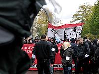 """Nazi Aufmarsch / Demo in Leipzig Ost - Leipziger verhindert den Zug durch die Stadt mit Blockade am S-Bahnhof Sellerhausen - unter dem Motto """"Leipzig nimmt Platz"""" nahmen Hunderte Leipziger an der bunten Gegenveranstaltung teil - sie schafften es den Start des Aufmarsches solange zu verhindern bis die Polizei die Kundgebung für beendet erklärte - in diesem Moment (ca. 16:40) eskalierte die Situation auf Seiten der Sympathiesanten der rechten Szene - Steine und Flaschen flogen - die Polizei bekam die Situation rasch wieder unter Kontrolle - im Bild:  Ratlosigkeit und Unklarheit bei den Ordnern der rechten Demo. Foto: Norman Rembarz..Norman Rembarz , ASV-Autorennummer 41043728 , Holbeinstr. 14, 04229 Leipzig, Tel.: 01794887569, Hypovereinsbank: BLZ: 86020086, KN: 357889472, St.Nr.: 231/261/06432 - Jegliche kommerzielle Nutzung ist honorar- und mehrwertsteuerpflichtig! Persönlichkeitsrechte sind zu wahren. Es wird keine Haftung übernommen bei Verletzung von Rechten Dritter. Autoren-Nennung gem. §13 UrhGes. wird verlangt. Weitergabe an Dritte nur nach  vorheriger Absprache.."""