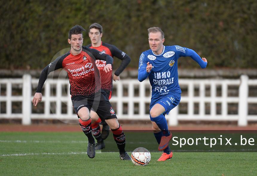 FC Izegem - FC Knokke :<br /> Tjendo De Cuyper (R) tracht voorbij Wim Vandoorne (L) te geraken<br /> <br /> Foto VDB / Bart Vandenbroucke