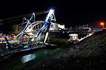 NIEUWEGEIN - In het holst van de nacht heeft bouwcombinatie KWS - Mercon de nieuwe 800 ton zware Overeindsebrug ingevaren. Nadat de oude stalen boogbrug van zijn plaats was gevijzeld en wegvoer, is de nieuwe brug met hulp van 2 kranen op pontons op zijn plek gelegd. De 140 meter lange brug is ontworpen door Studio SK en gebouwd op de werf van Mercon in Gorinchem, waarna deze over het water naar het Lekkanaal is vervoerd. De renovatie van de Overeindsebrug is onderdeel van het project KARGO (Kunstwerken Amsterdam-Rijnkanaal Groot Onderhoud) waarbij Rijkswaterstaat acht stalen bruggen vernieuwd. COPYRIGHT TON BORSBOOM