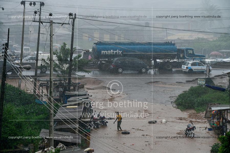 NIGERIA, Oyo State, Ibadan, highway Lagos - Ibadan during raining season / Autobahn Ibadan -Lagos in der Regenzeit