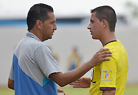 MONTERIA - COLOMBIA -04 -04-2015: Carlos Castro (Izq.), tecnico de Jaguares FC, dialoga con Oscar Gomez, (Der.) arbitro,  durante partido entre Jaguares FC y Cucuta Deportivo, por la fecha 13 de la Liga Aguila I-2015, jugado en el estadio Municipal de Monteria en la ciudad de Monteria. / Carlos Castro, coach of Jaguares FC, speaks with Oscar Gomez, (R) referee, during a match between Jaguares FC and Cucuta Deportivo for the  date 13 of the Liga Aguila I-2015 at the Municipal de Monteria Stadium in Monteria city, Photo: VizzorImage  / Jose Perdomo / Cont.
