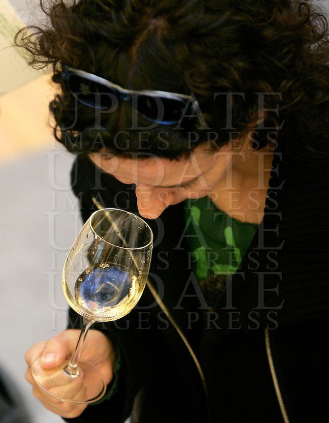 Ultima giornata del Roma Wine Festival, 2 marzo 2008..A visitor smells wine at the Rome Wine Festival, 2 march 2008..UPDATE IMAGES PRESS/Riccardo De Luca