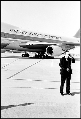 Genève, le 18.05.1998.Aéroport international de cointrin..Gardes du corps présidentiel des Etats-Unis. Air force one..International airport of cointrin.Air force one..Body guards of presidential of the United States..© J.-P. Di Silvestro / Le Courrier
