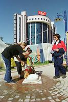 Nach dem Erdbeben im August in der Tuerkei leben tausende Menschen in Zeltlagern und Behilfszelten. Da viele Menschen nicht von ihren Haeusern weg wollen, zelten sie in Parks und auf Plaetzen, wo die hygienischen Zustaende sehr schlecht sind. Aussicht auf Besserung der Situation besteht zwei Monate nach dem Beben nicht.<br /> Hier: Geschirr und Waesche kann nur an einer provisorischen Wasserstelle auf einem Platz in Izmit gewaschen werden.<br /> 13.10.1999, Izmit/Tuerkei<br /> Copyright: Christian-Ditsch.de<br /> [Inhaltsveraendernde Manipulation des Fotos nur nach ausdruecklicher Genehmigung des Fotografen. Vereinbarungen ueber Abtretung von Persoenlichkeitsrechten/Model Release der abgebildeten Person/Personen liegen nicht vor. NO MODEL RELEASE! Nur fuer Redaktionelle Zwecke. Don't publish without copyright Christian-Ditsch.de, Veroeffentlichung nur mit Fotografennennung, sowie gegen Honorar, MwSt. und Beleg. Konto: I N G - D i B a, IBAN DE58500105175400192269, BIC INGDDEFFXXX, Kontakt: post@christian-ditsch.de<br /> Bei der Bearbeitung der Dateiinformationen darf die Urheberkennzeichnung in den EXIF- und  IPTC-Daten nicht entfernt werden, diese sind in digitalen Medien nach §95c UrhG rechtlich geschützt. Der Urhebervermerk wird gemaess §13 UrhG verlangt.]