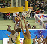 BUCARAMANGA -COLOMBIA, 13-05-2013. Hernández Villamil (D) de Búcaros va por un balón perdido contra el jugador Brian Egwuatu (I) de Águilas durante partido de la fecha 15 fase II de la  Liga DirecTV de baloncesto Profesional de Colombia realizado en el Coliseo Vicente Díaz Romero de Bucaramanga./ Hernandez Villamil (R) of Bucaros goes for a loose ball against Aguilas player Brian Egwuatu (L) during match of the 15th date phase II of  DirecTV professional basketball League in at Vicente Diaz Romero coliseum in Bucaramanga. Photo:VizzorImage / Jaime Moreno / STR