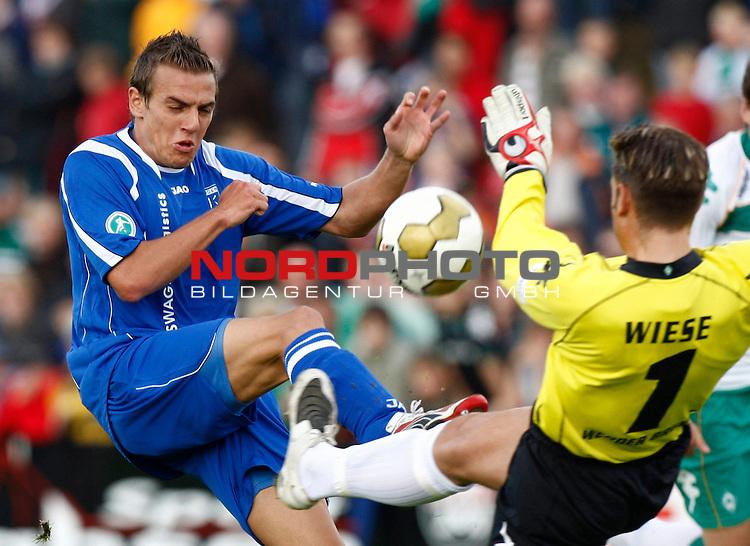 FBL  2008/2009  Testspiel<br /> Werder Bremen - Kickers Emden in Leer-Loga<br /> Thomas Klasen (Kickers #9) - Torwart Tim Wiese (Werder Bremen - GER #1)<br /> <br /> Foto &copy; nph (  nordphoto  )<br /> <br /> <br /> <br />  *** Local Caption ***