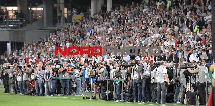 Fussball, L&auml;nderspiel, WM 2010 Qualifikation Gruppe 4 in D&uuml;sseldorf<br />  Deutschland (GER) vs. Aserbaidschan ( AZE )<br /> <br /> Vor dem Spiel - Feature - Fotografenmeute vor den Zuschauern<br /> <br /> <br /> <br /> <br /> Foto &copy; nph (  nordphoto  )<br />  *** Local Caption *** <br /> <br /> Fotos sind ohne vorherigen schriftliche Zustimmung ausschliesslich f&uuml;r redaktionelle Publikationszwecke zu verwenden.<br /> Auf Anfrage in hoeherer Qualitaet/Aufloesung