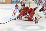 Duesseldorfs Ken-Andre Olimb (Nr.40) versucht, Bremerhavens Goalie TomasPoepperle (Nr.42)  von hinterm Tor zu ueberraschen beim Spiel in der DEL, Duesseldorfer EG (rot) - Fischtowns Pinguins Bremerhaven (weiss).<br /> <br /> Foto © PIX-Sportfotos *** Foto ist honorarpflichtig! *** Auf Anfrage in hoeherer Qualitaet/Aufloesung. Belegexemplar erbeten. Veroeffentlichung ausschliesslich fuer journalistisch-publizistische Zwecke. For editorial use only.