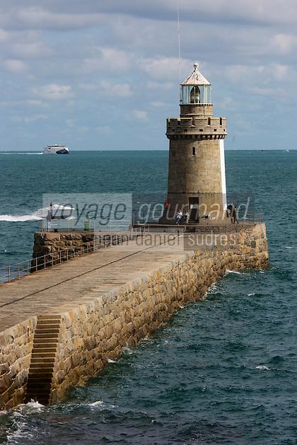 Royaume-Uni, îles Anglo-Normandes, île de Guernesey, Saint Peter Port: la jetée et le phare // United Kingdom, Channel Islands, Guernsey island, Saint Peter Port: Castle Cornet pier and lighthouse