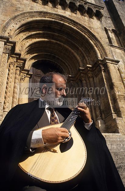 Europe/Portugal/Coimbra : Joueur de fado sur les marches de la cathérale ancienne du XII° [Non destiné à un usage publicitaire - Not intended for an advertising use]