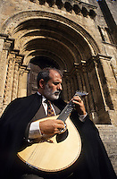 Europe/Portugal/Coimbra : Joueur de fado sur les marches de la cathérale ancienne du XII° [Non destiné à un usage publicitaire - Not intended for an advertising use]