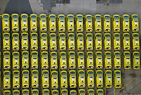 Schiffs Transport von Rettungsfahrzeugen: EUROPA, DEUTSCHLAND, HAMBURG (EUROPE, GERMANY), 28.12.2014: Rettungsfahrzeuge fuer den Roten Halbmond warten auf Transport am Uni Kai im Hamburger Hafen auf dem Kleinen Grassbrook