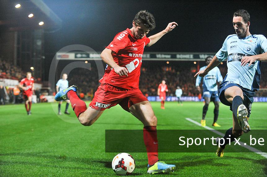 KV Kortrijk - KV Oostende : Stijn De Smet aan de bal voor Baptiste Schmisser (rechts)<br /> foto VDB / Bart Vandenbroucke