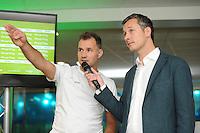 SCHAATSEN: HEERENVEEN: IJsstadion Thialf, Perspresentatie Team After Pay, Dennis van der Gun met de presentator, ©foto Martin de Jong