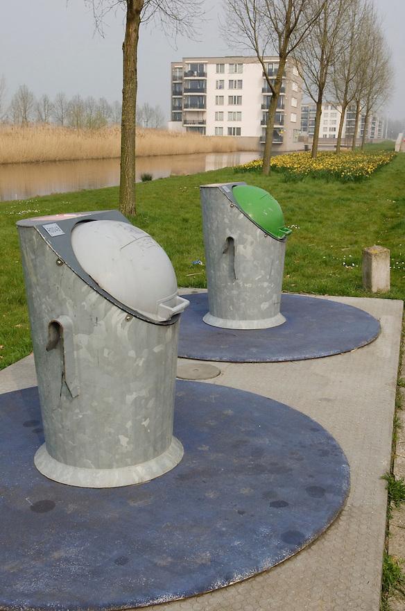 Nederland, Vleuten / de Meern, 30 maart 2007..Ondergrondse vuilniscontainers.In vinex wijk Leidsche Rijn moeten de bewoners hun vuilniszak in ondergrondse containers gooien, en dus niet langs het trottoir neerzetten...Foto: (c) Michiel Wijnbergh